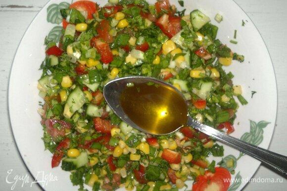 Заправить салат льняным маслом, еще раз перемешать. Выложить салат в блюдо для подачи.