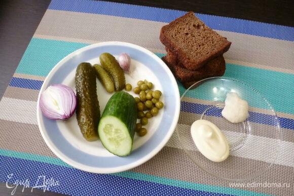 Подготовить нужные продукты для бутербродов. В ингредиентах я указала, что каждого вида огурцов нужно по 0,5 шт. — это если огурцы одинаковые и среднего размера.
