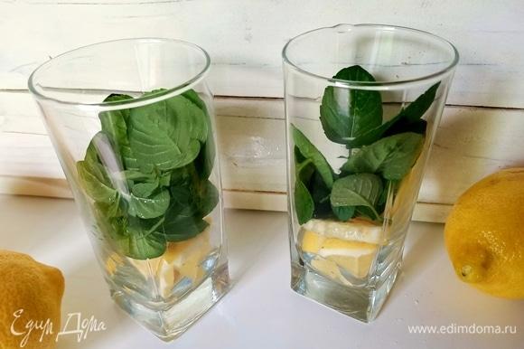 В высокие стаканы уложить листики мяты и лимон, предварительно нарезав его полукольцами. Перемешать, немного надавливая на лимон.
