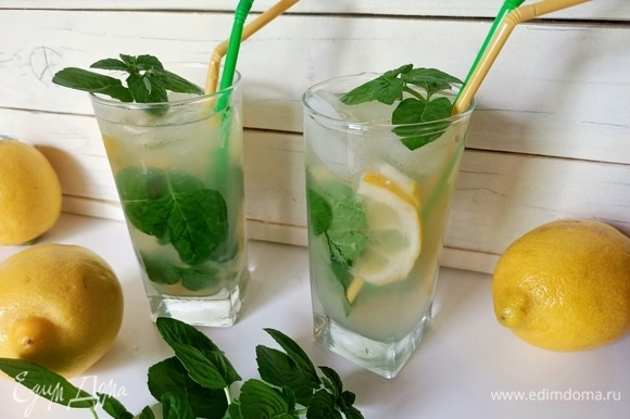 Затем наполнить стаканы доверху льдом и залить лимонным лимонадом. Аккуратно все перемешать и сразу подавать.
