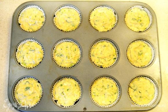 Заполнить формочки для маффинов на 2/3. Маслом я не смазывала форму, т. к. внутрь положила бумажные вкладыши.