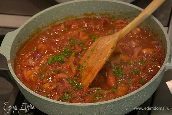 Шнитт-лук мелко порубить и посыпать готовые овощи.