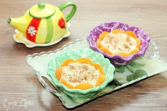 Готовый пудинг разложить по креманкам или небольшим вазочкам, посыпать корицей и дать время остыть, затем охладить в холодильнике.