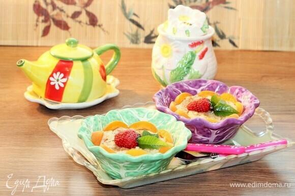 Перед подачей украсить пудинг фруктами или ягодами и листиками мяты. Можно подать с джемом. Приятного аппетита!