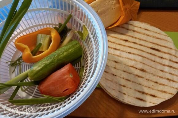 Подготовим ингредиенты. Овощи и зелень помыть и обсушить.