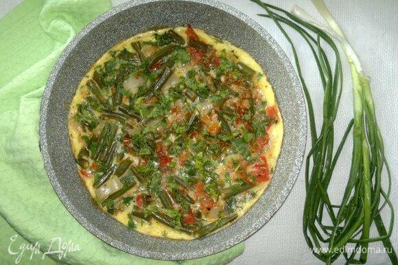Омлет с помидорами и стручковой фасолью готов.