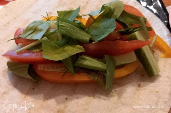 Добавляем нарезанные петрушку и укроп, черемшу рвем руками вместе с ножками, в них — самый яркий вкус.