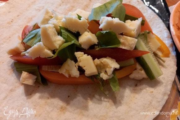 Также руками ломаем сыр на небольшие кусочки, укладываем сверху.