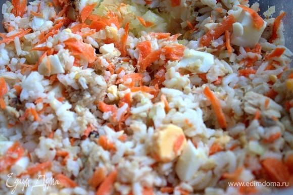 Приготовим начинку: тунец смешать с яйцом, рисом, морковью.