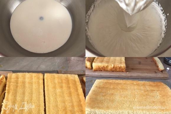 Крем: сливки и ванильный сахар взбить до устойчивых пиков. Сборка десерта: бисквит переложить на рабочую поверхность, снять бумагу для выпечки, обрезать края и поделить бисквит на две равные части.
