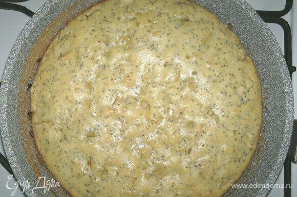 Форму с пирогом достать из духовки. Пирог аккуратно вытащить из формы и остудить на решетке до комнатной температуры.