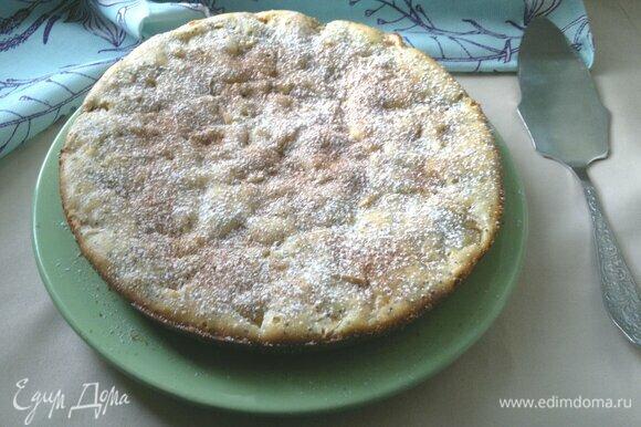 Переложить пирог на блюдо, посыпать сахарной пудрой.