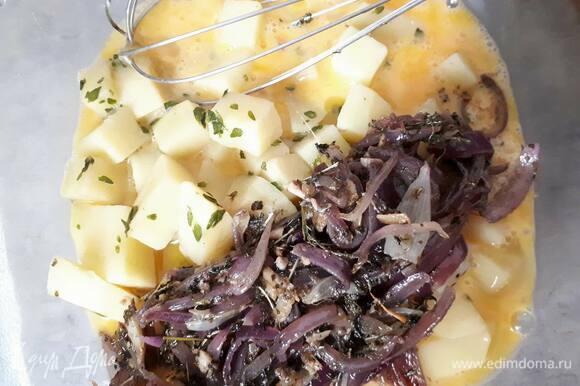 Слегка взбейте яйца, затем добавьте картофель и лук, посолите и хорошо перемешайте.