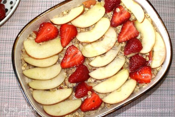 Сверху можно выложить яблоки и клубнику, нарезанные дольками. Отправляем в заранее разогретую до 180°C духовку на 45 минут.