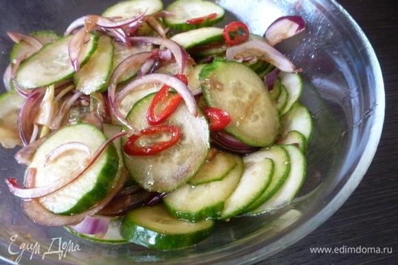 Смешайте все ингредиенты в миске и вылейте заправку. Аккуратно перемешайте салат. При подаче посыпьте поджаренным арахисом. Дать салату немного постоять и пропитаться.