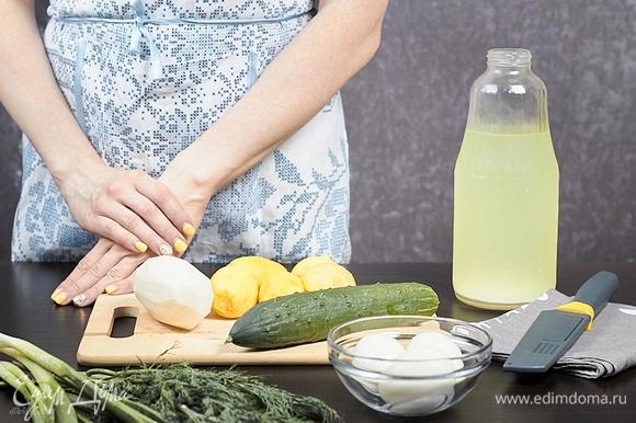 Картофель и яйца отварите и остудите. Дайкон очистите. Огурцы и зелень вымойте. Все продукты положите в холодильник и дайте им охладиться. Все ингредиенты должны быть одинаковой температуры.