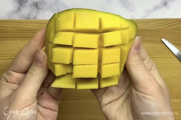 Отделяем мякоть манго и нарезаем на небольшие кусочки.