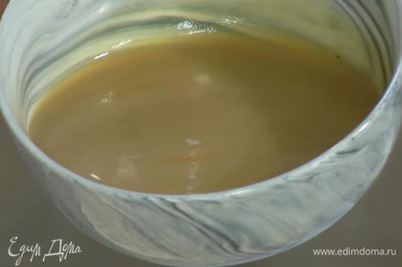 Приготовить пюре: 3 яблока очистить и запечь в духовке или припустить в небольшом количестве воды, затем измельчить мякоть блендером.