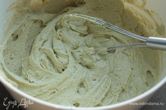 Взбивайте до получения однородной бледно-зеленой массы. Также в крем можно добавить очищенные фисташки.