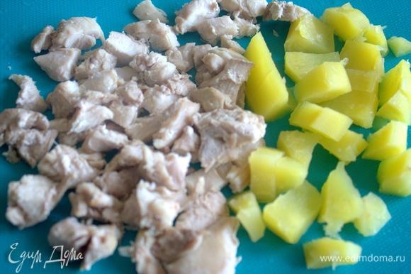 Вынуть готовые курицу и картофель, произвольно нарезать.