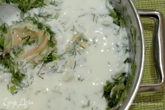 Добавить соль, горчицу и кефир. Все хорошо перемешать. Измельченные на средней терке яйца добавить опционально в тарелку. Добавить цедру лайма.