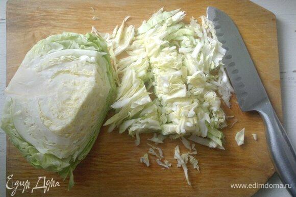 Молодую белокочанную капусту вымыть, обсушить, нарезать соломкой.