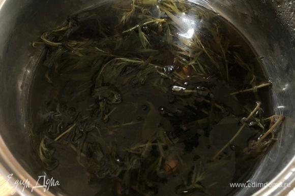 Сахар и воду соединить в сотейнике и нагреть до полного растворения сахара. Добавить листья тархуна, довести до кипения, накрыть крышкой и дать настояться 1 час.