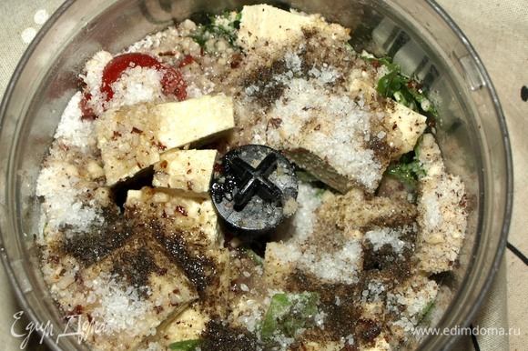 Все продукты для заправки отправляем в чашу блендера. Пробиваем до однородной массы. Регулируем соль и перец.