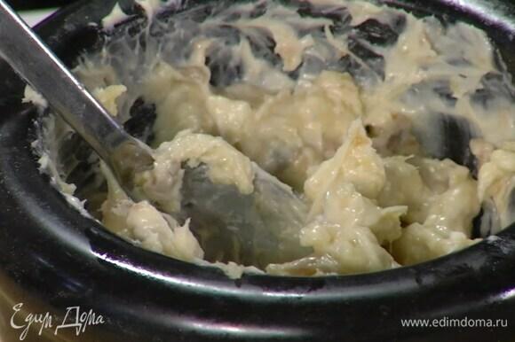 Приготовить пряное масло: два зубчика чеснока почистить и растереть в ступке с солью, выложить к чесноку анчоусы и растереть все вместе, затем добавить сливочное масло, поперчить и еще раз растереть.