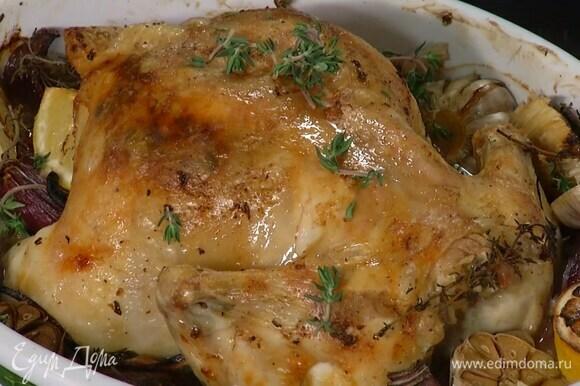 Запекать курицу 30 минут в разогретой духовке, затем понизить температуру до 170°С градусов и запекать до готовности. Готовую курицу украсить оставшимся тимьяном.