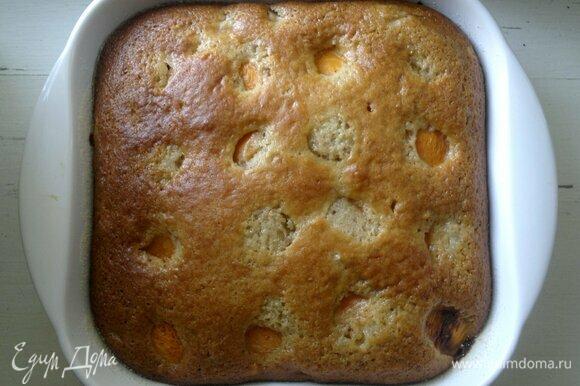 Готовый пирог вынуть из духовки. Остудить до комнатной температуры.