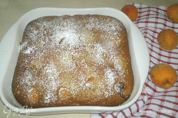 Можно переложить шарлотку на блюдо. Если у вас керамическая (как у меня) или стеклянная форма, можно оставить пирог в форме. Посыпать шарлотку сахарной пудрой и подать к столу.