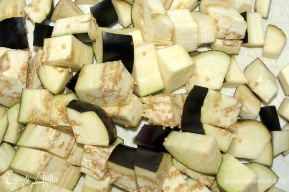 Вес продуктов указан в подготовленном виде. Баклажаны крупно нарезать, отправить в дуршлаг, посыпать солью и оставить на 30 минут. Пока баклажаны расстаются с горечью, приготовим тесто.