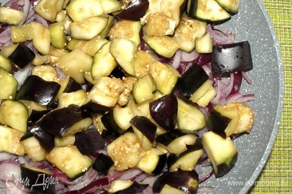 Лук и чеснок обжарить на растительном масле до мягкости лука. Баклажаны промыть от соли, отжать и добавить к луку. Готовить 5–7 минут. Добавить соль и перец по вкусу.