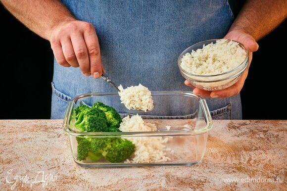 Выложите в три ряда курицу карри, рис и брокколи. Посыпьте курицу кунжутом.