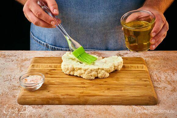 Промойте кочан капусты и разрежьте на стейки. Толщина их должна быть не менее 1,5–2 см, чтобы капуста не рассыпалась. Смажьте стейк оливковым маслом и посолите.