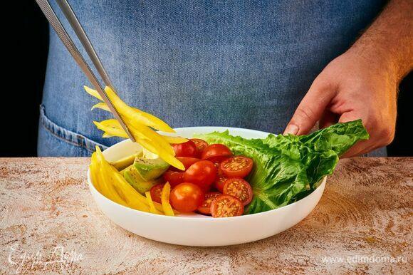 В тарелку с высокими бортиками коллекции Friend's Time от Luminarc выложите киноа, авокадо, листья салата, помидоры черри, перец и обжаренный тофу. Посыпьте кунжутом.