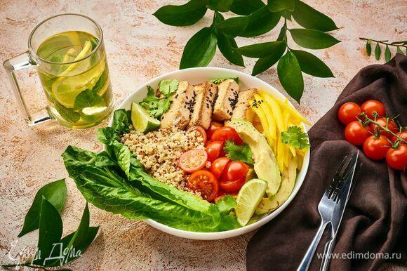 Подавайте боул с соевым соусом и свежезаваренным зеленым чаем.