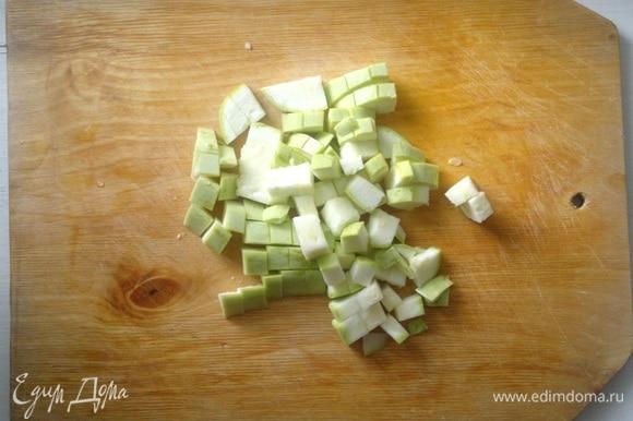 Кабачок вымыть, обсушить, обрезать кончики. Нарезать кабачки небольшими кубиками.