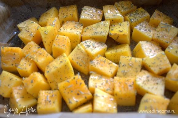 Посыпать тимьяном и другими ароматными травками.