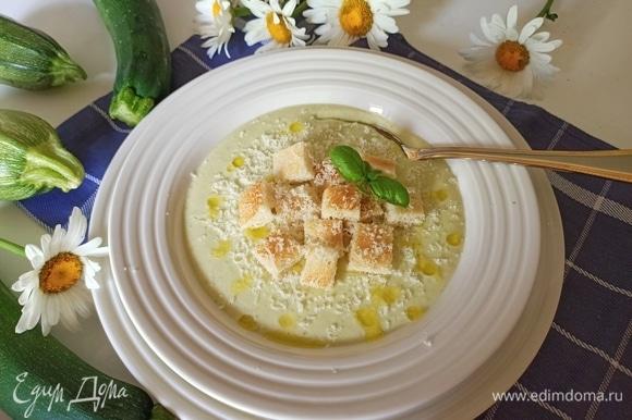 Готовый крем-суп разлить по порционным тарелкам, полить оливковым маслом, посыпать сыром и подавать. Приятного аппетита!