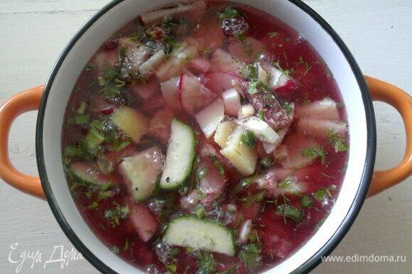 Окрошечную массу разложить по порциям, залить холодным свекольным квасом.