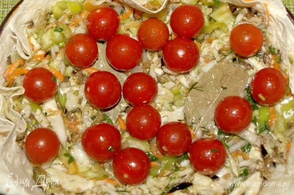 Выкладываем сверху помидоры черри. Отправляем в заранее разогретую до 180ºС духовку на 40 минут или 1 час. Зависит от ваших предпочтений готовности овощей.