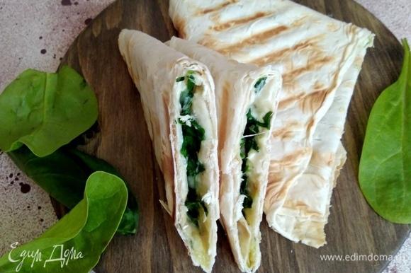 Внутри тянущийся сыр и много зелени.