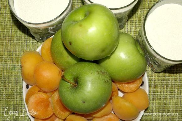 Яблоки натереть на крупной терке, у абрикосов удалить косточки и мелко нарезать.