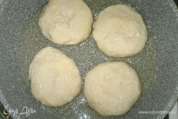 В сковороде разогреть растительное масло. Выложить оладьи и обжарить их сначала с одной стороны до румяности.