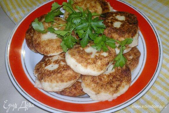Теплые оладьи из цветной капусты и картофеля переложить на тарелку и подать к столу.