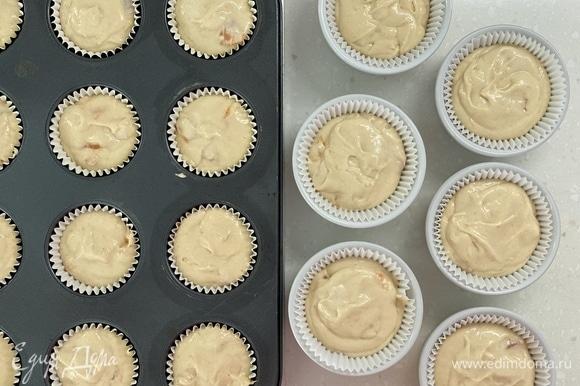 Выложить тесто в формочки для маффинов. Также можно испечь в одной большой форме в виде пирога. Выпекать при 180°C 10 минут, затем еще около 30 минут при 165°C. Готовность проверить зубочисткой.