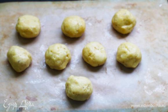 Переложите тесто на пищевую пленку, разделите на 8 частей и скатайте каждую в шарик (смажьте руки оливковым маслом, чтобы тесто не прилипало). Раскатайте шарики теста в палочки толщиной около 2 см.