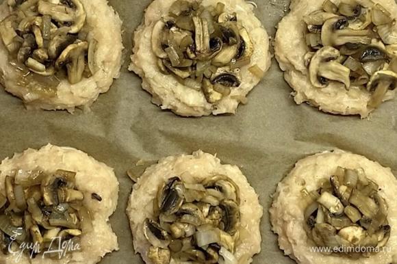 Перекладываем начинку в углубления. Ставим в духовку при 180°C на 15–20 минут.